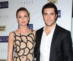 Emily VanCamp et Joshua Bowman se sont rencontrés sur le tournage de la série Revenge