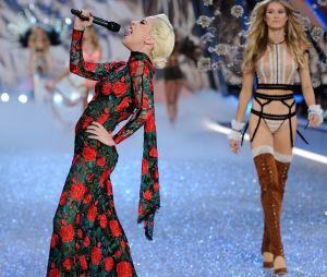 Lady Gaga au défilé Victoria's Secret au Grand Palais à Paris.