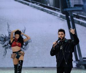Adriana Lima et The Weeknd au défilé Victoria's Secret au Grand Palais à Paris.