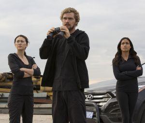 Iron Fist : Danny (Finn Jones) entouré de Colleen Wing (Jessica Henwick) et Claire Temple (Rosario Dawson)