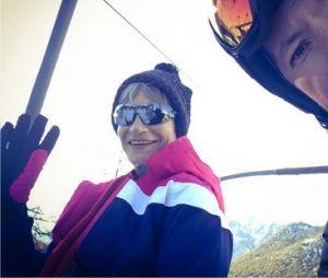 Isabelle Morini-Bosc et Jean-Luc Lemoine au ski avec l'équipe de TPMP