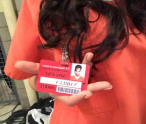 Nabilla Benattia sur le tournage de la série Orange is the new black.