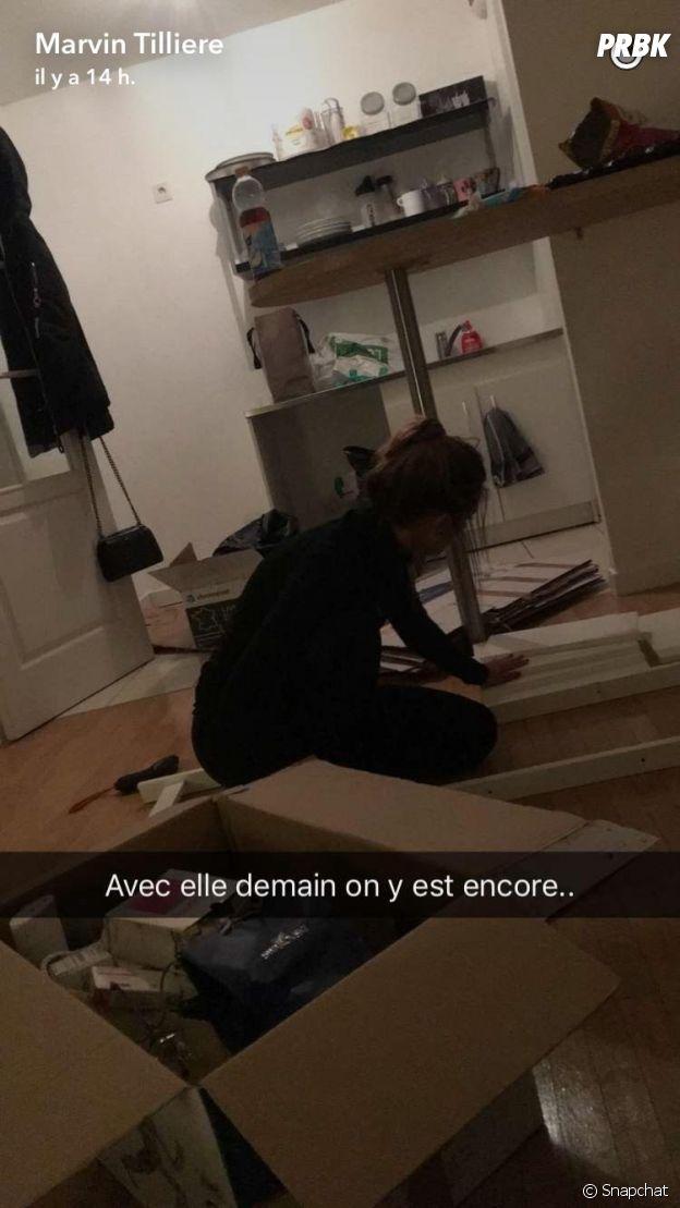 Maeva (Secret Story 10) en plein montage de meubles