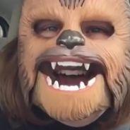 Après le buzz du masque Chewbacca, une maman accouche... avec le masque sur la tête 😂