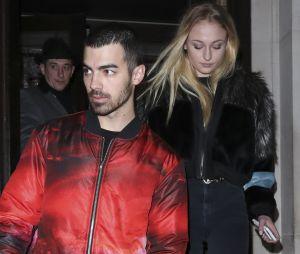 Sophie Turner (Game of Thrones) en couple avec Joe Jonas : la rumeur semble se confirmer avec ces nouvelles photos de leur sortie au restaurant à Londres.