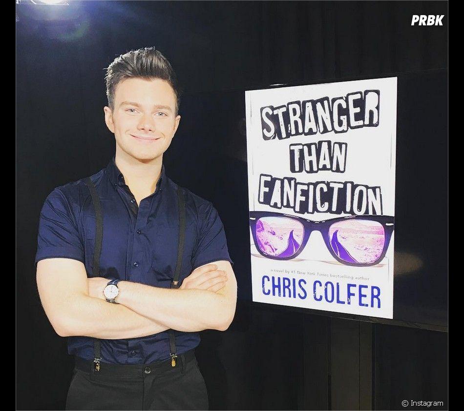 Chris Colfer (Glee) pose avec la couverture de son nouveau roman
