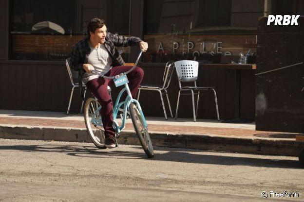 Pretty Little Liars saison 7 : Ezra (Ian Harding) le roi du vélo ?