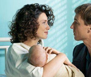 Outlander saison 3 : Claire (Caitriona Balfe) et Frank (Tobias Menzies) sur une photo