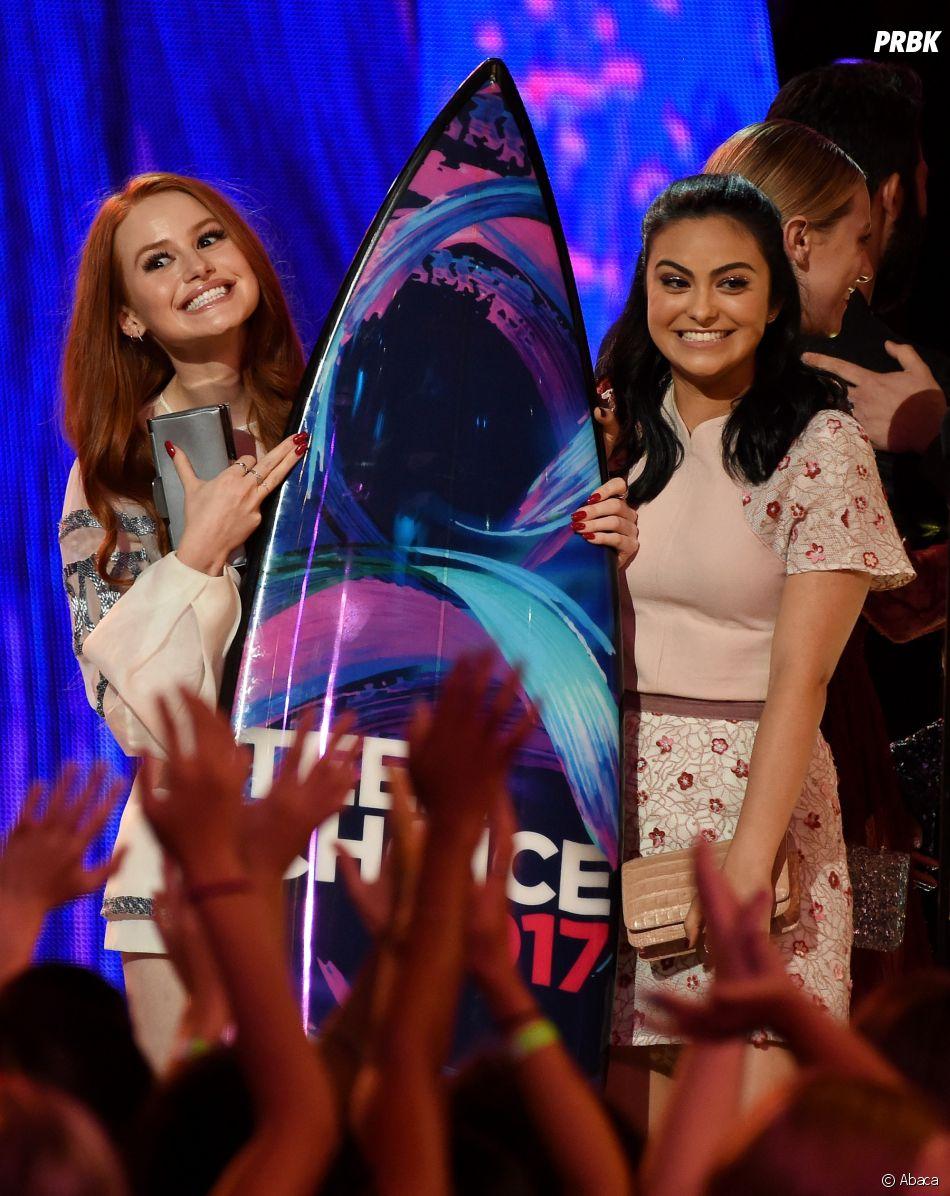 Madelaine Petsch et Camila Mendes aux Teen Choice Awards le 13 août 2017