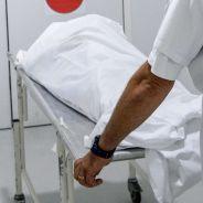 Un homme mort... se réveille sur la table d'autopsie