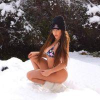 Kim Glow pose en bikini dans la neige... et se fait clasher !