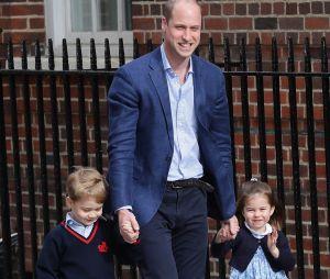 Le Prince William accompagne le Prince George et la Princesse Charlotte au chevet de leur mère Kate Middleton à l'hôpital St Mary's le 23 avril 2018