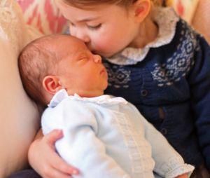 Kate Middleton : la Princesse Charlotte pose avec le Prince Louis
