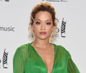 """Rita Ora s'excuse après la polémique sur son titre """"Girls"""" et annonce sa bisexualité"""