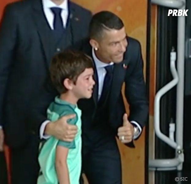 Cristiano Ronaldo généreux : son adorable geste envers un fan avant le Mondial 2018