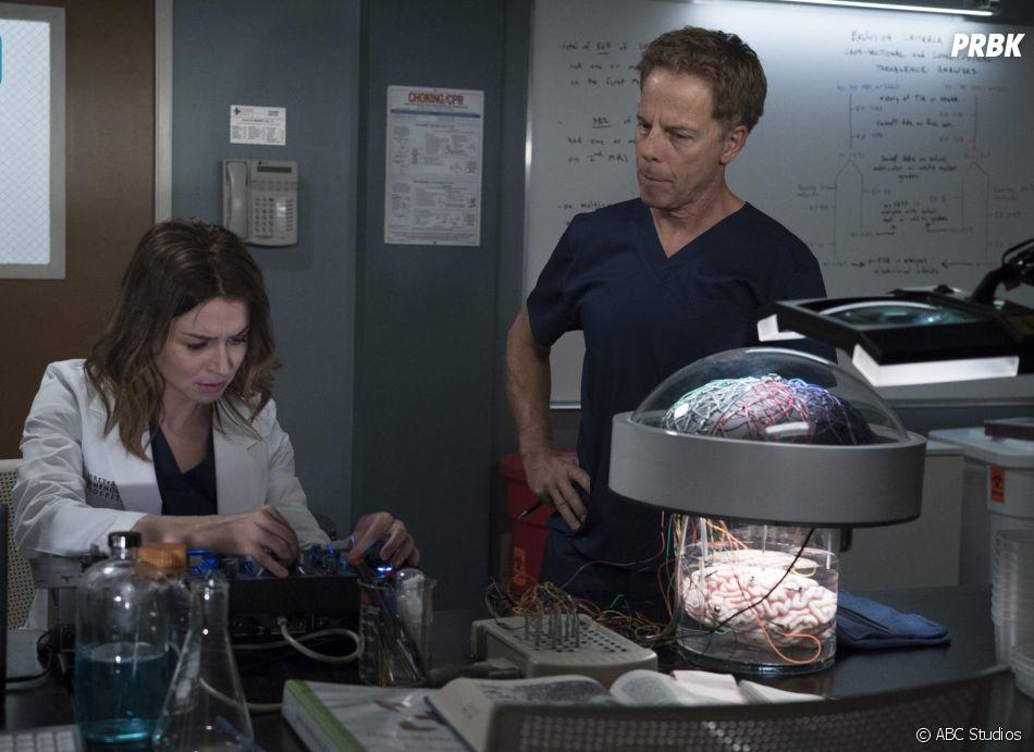 Grey's Anatomy saison 15, épisode 1 : Amelia (Caterina Scorsone) et Thomas Koracick (Greg Germann) sur une photo