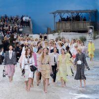 L'incroyable défilé Chanel transforme le Grand Palais de Paris en plage géante