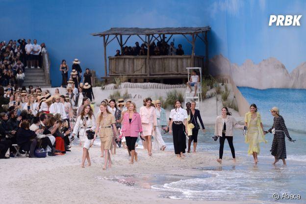 Pour le défilé Chanel, Karl Lagerfeld a transformé le Grand Palais en plage géante.