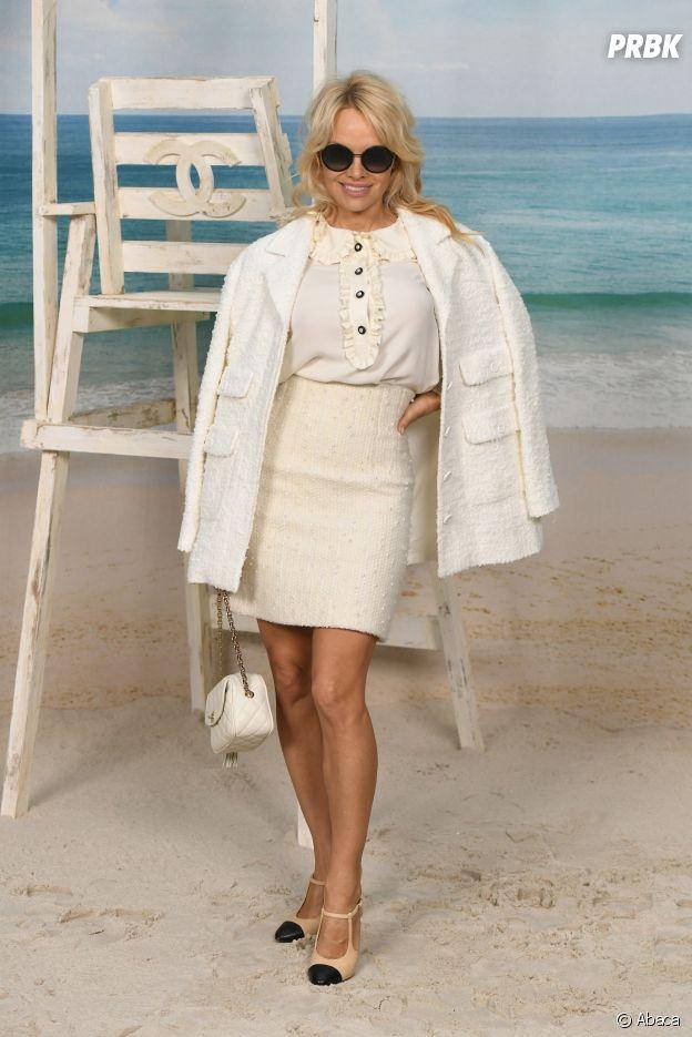 Pamela Anderson au défilé Chanel, où le Grand Palais a été transformé en plage géante.