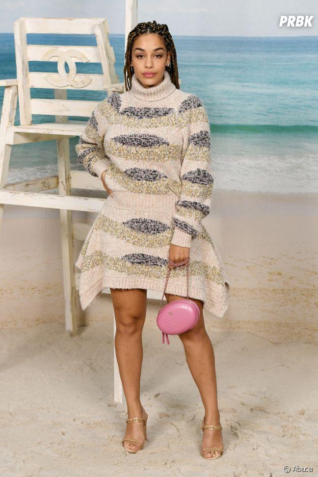 Jorja Smith au défilé Chanel, où le Grand Palais a été transformé en plage géante.