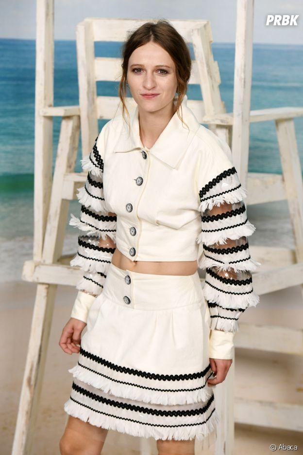 Christa Theret au défilé Chanel, où le Grand Palais a été transformé en plage géante.