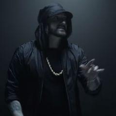 """Clip """"Venom"""" : Eminem se transforme en extraterrestre pour le film avec Tom Hardy"""