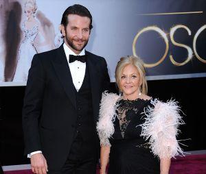 Ces stars qui posent avec leur famille sur un tapis rouge : Bradley Cooper et sa mère Gloria