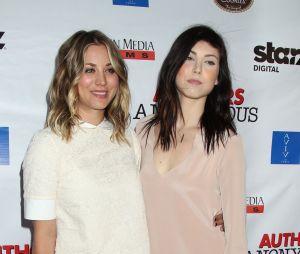 Ces stars qui posent avec leur famille sur un tapis rouge : Kaley Cuoco et sa soeur Briana