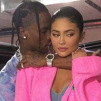 Kylie Jenner : Travis Scott la couvre (littéralement) de pétales de roses pour son anniversaire