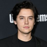 Cole Sprouse (Riverdale) moustachu pendant le confinement : son frère Dylan se moque