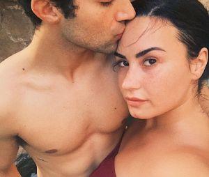 Demi Lovato fiancée à Max Ehrich : la chanteuse a dit oui à son futur mari et dévoile la bague de fiançailles