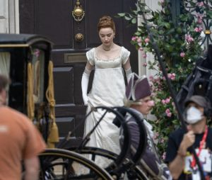 La Chronique des Bridgerton saison 2 : Phoebe Dynevor sur le tournage, le 27 mai 2021 à Londres