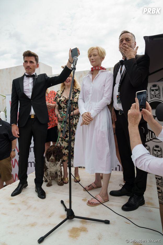 Tilda Swinton reçoit la Palm Dog Wamiz à Cannes le 16 juillet 2021