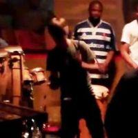 Justin Bieber ... Son impro sur scène avec un groupe africain dans un  resto