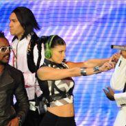 Perez Hilton ... il félicite les Black Eyed Peas pour leur performance au Super Bowl