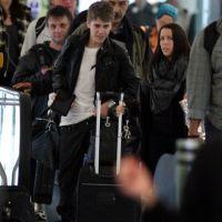 PHOTOS ... Justin Bieber vient d'arriver à Londres sans Selena Gomez ... pour le début de sa Tournée Mondiale