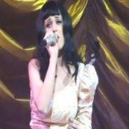 Katy Perry ... sa reprise acoustique de Born This Way de Lady Gaga sur scène à Paris