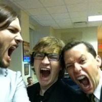 Ashton Kutcher dans Mon Oncle Charlie ... la 1ere photo postée sur Twitter