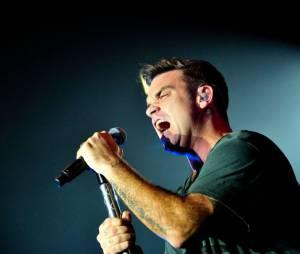 Le micro entre les mains, c'est la rage qui habite Robbie Williams !