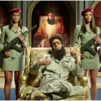 "Sacha Baron Cohen : The Dictator ""félicite"" François Hollande et regrette DSK ! (VIDEO)"