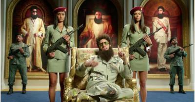 """Sacha Baron Cohen : The Dictator """"félicite"""" François Hollande et regrette DSK ! (VIDEO)"""