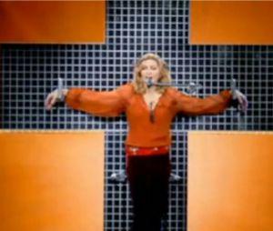 Madonna chante sur un croix en 2006