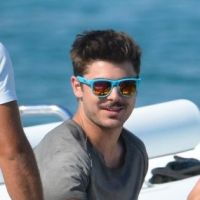 Zac Efron : alerte au beau-gosse (moustachu) à St Tropez ! (PHOTOS)