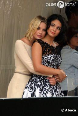 Vanessa Hudgens et Ashley Benson se font des câlinous à Venise