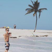 Cody Simpson : Torse nu et sexy sur une plage des Bahamas ! (PHOTOS)