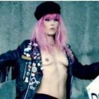 The Rolling Stones : Noomi Rapace topless dans leur clip Doom and Gloom (VIDEO)