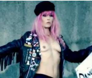 Noomi Rapace, topless pour les Rolling Stones