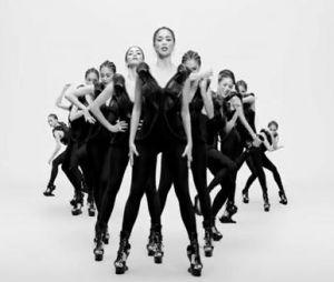 Des tas de Nicole Scherzinger dans le clip de son nouveau titre Boomerang.