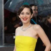 """Marion Cotillard rejoue le coup de la robe """"déchirée"""" de Jennifer Lawrence, aux BAFTA 2013"""