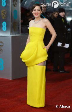 Marion Cotillard ne passe pas inaperçue en robe jaune canari sur le tapis rouge des BAFTA